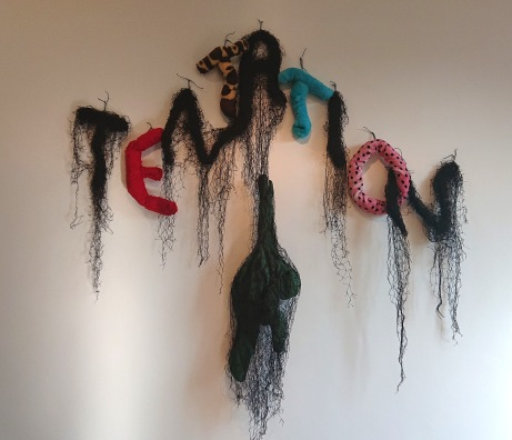 """Tentation - fil métallique, filets, tissu, peluches - Tentation fait partie d'une série d'""""oeuvres-mot"""" qui met en scène les pathologies du monde contemporain."""