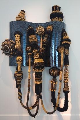 Eldorado, mélange de mosaïque en verre et de tissage, crochet en laine, ornements, polyester, MDF, fer