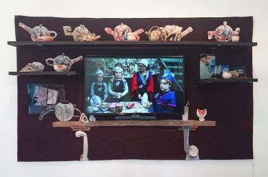 The TV Mantelpiece - une oeuvre à la frontière entre artisanat (tapisserie, céramique) et technologie (télévision, montage vidéo)