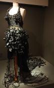 Robe noire du chaman Zita-Niya (sacs-poubelle noués, tissés et tressés)