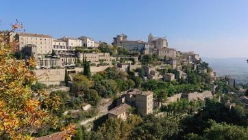 Village accroché à un promontoire rocheux des Monts du Vaucluse à plus de 350 m d'altitude. Beau et bien sûr très touristique.